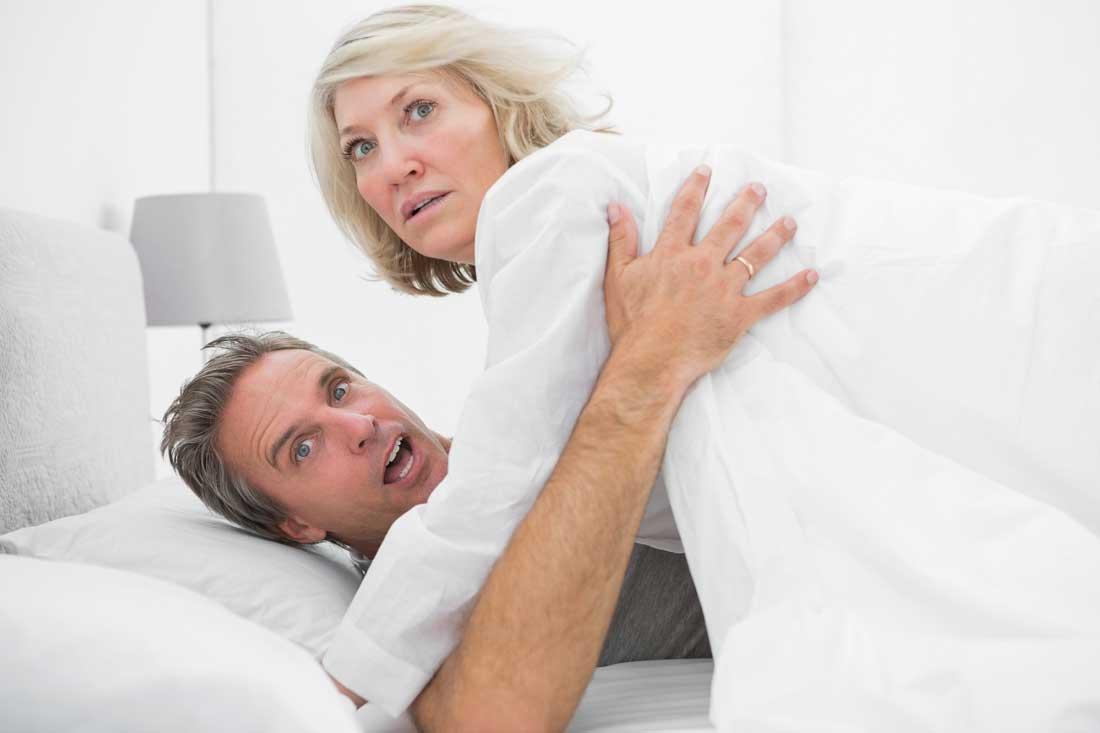 mogen kvinna och ung man i sängen